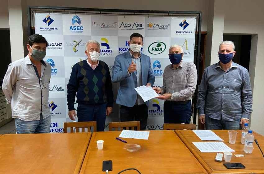 Sinduscon-RS entrega demandas a candidatos a prefeito